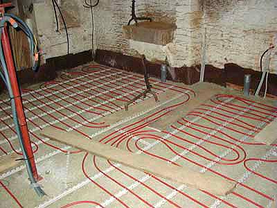 Mise en oeuvre d'un plancher chauffant sur une dalle de béton de chanvre